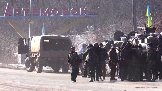 Ukrainian troops and vehicles retreating from Debaltseve