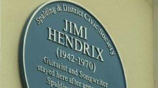 BBC News - Spalding unveils Jimi Hendrix blue plaque
