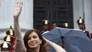 Argentine President Cristina Fernandez de Kirchner waves at supporters outside Congress (01 March 2015)