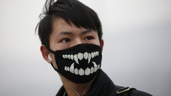 Man in pollution mask in Beijing