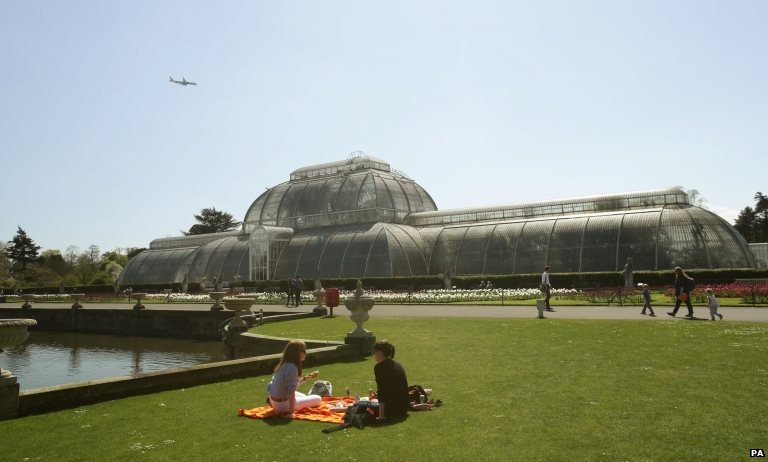 Vsitors enjoying the weather at Kew Gardens