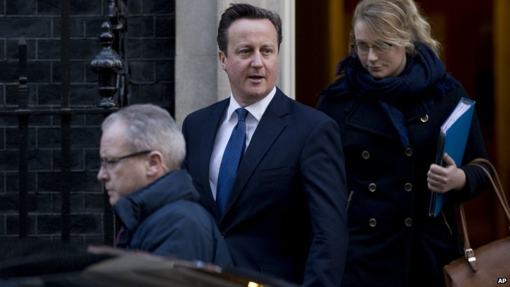 David Cameron leaves for PMQs earlier