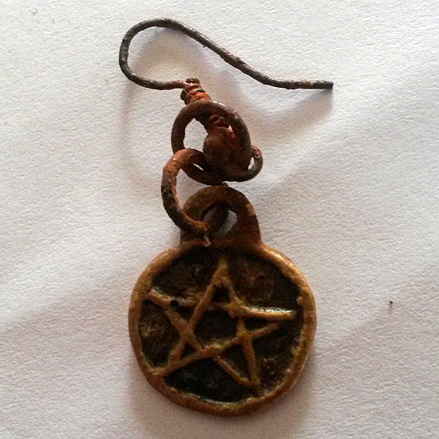 Earring with round pendant engraved with a star