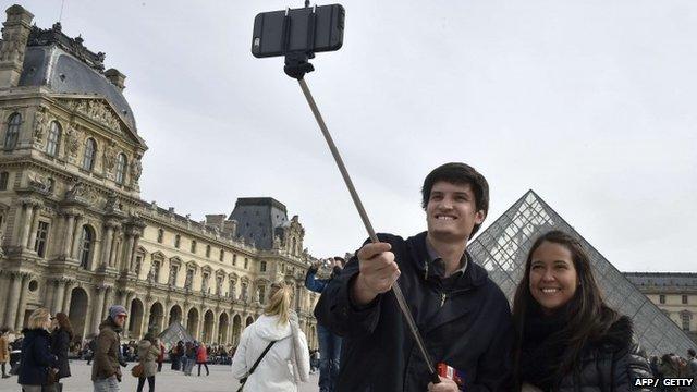 Should museums ban selfie sticks?