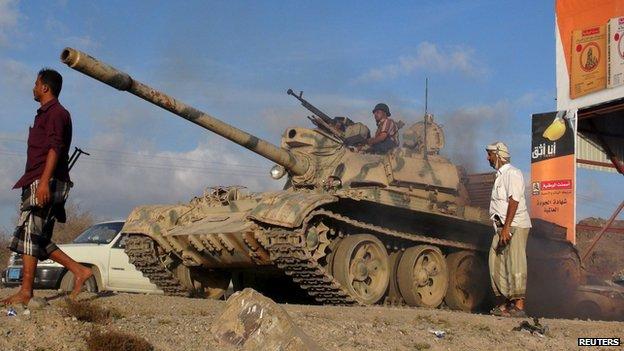 Militiamen loyal to Yemen's President Abdrabbuh Mansour Hadi take up positions on the frontline in Lahj province, Yemen (24 March 2015)