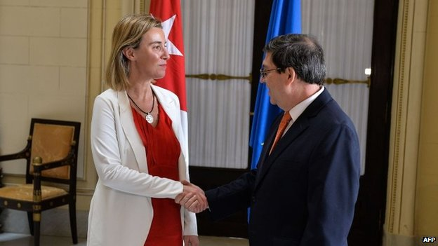 Federica Mogherini shakes hands with Cuban Foreign Minister Bruno Rodriguez at the Foreign Ministry in Havana, on 24 March, 2015.