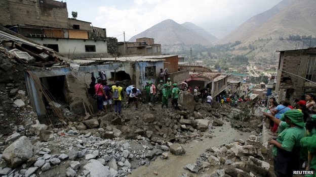 People remove mud and rocks after a massive landslide in Chosica 24/03/15
