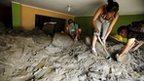 People remove mud and rocks after a massive landslide in Chosica 24/03/15