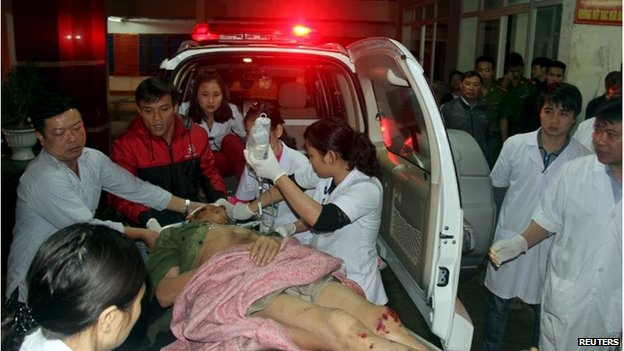 Injured person arrives at hospital in Vung Ang, Vietnam (26 March 2015)