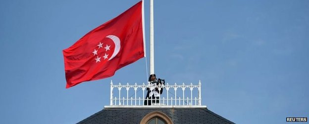 Bagpiper on the roof of the presidential residence in Singapore (25 March 2015)