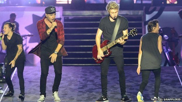 One Direction on stage without Zayn