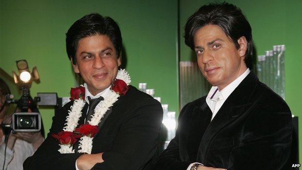 Shahrukh Khan posing with his model
