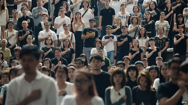 Singaporeans observe a minute's silence during Lee Kuan Yew's funeral (29 March 2015)