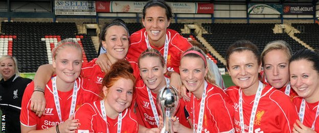 :ucy Bronze with WSL trophy