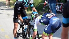 Simon Clarke fits a wheel to Richie Porte's bike
