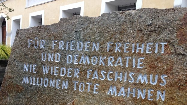 Piedra memorial que se erige a pocos pasos de la casa de Hitler.