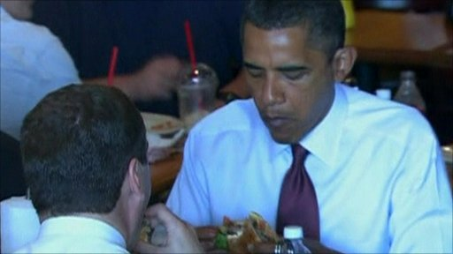 Russian President Dmitry Medvedev and US President Barack Obama eating burgers.