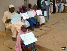 Nigerian parents and their deaf and dumb children holding placards, explaining their grievances against Pfizer, outside a court in Kano (January 2008)