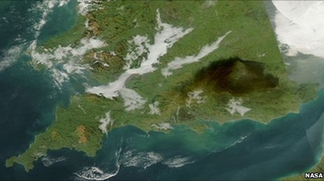 A satellite image of the smoke from the Buncefield fire