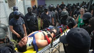 A federal police officer is taken to a hospital
