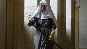 Nun sweeps floor of flood damaged monastery in Ostritz (9 August 2010)