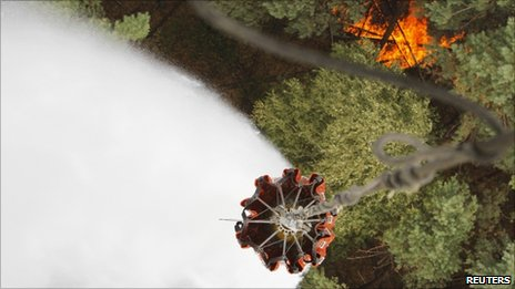 A Russian helicopter drops water on burning forest in Ryazan region, 10 August