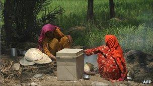 Flood survivors camp on the outskirts of Sukkur 11 Aug 2010