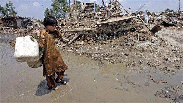 Flood survivor searches for water near Peshawar