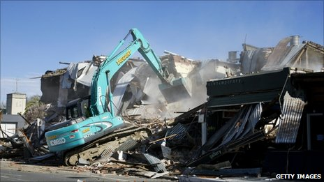 A building damaged by Saturday's earthquake is demolished in Christchurch (6 September 2010)