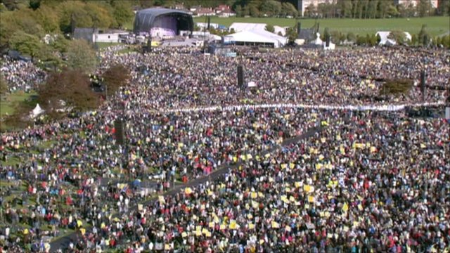 Crowds waiting to see the Pope