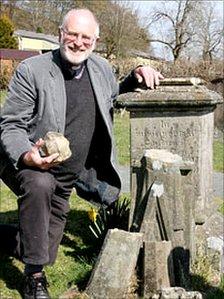 The Reverend Norman Morris at Richard Munslow's grave