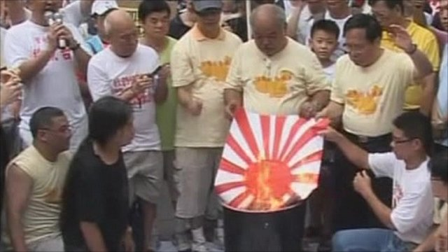 Chinese protesters burn Japanese flag