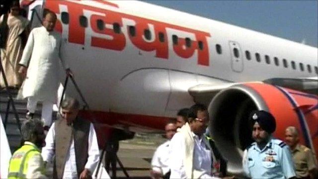 Indian politicians arrive in Srinagar