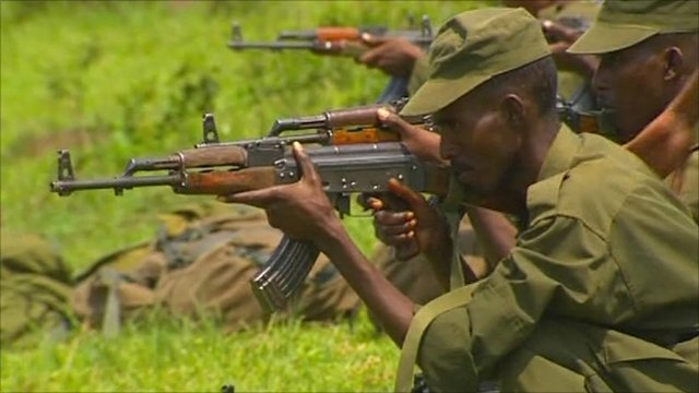 Somali soldier aims rile