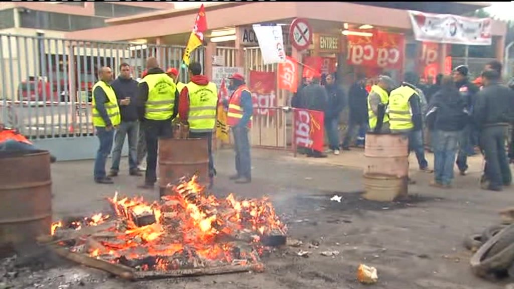 French workers on strike at refinery