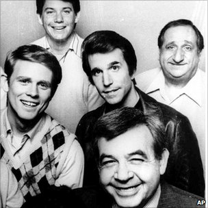 Tom Bosley (R) and the cast of Happy Days