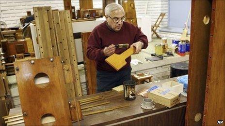 French polisher Frank Sillag applies shellac