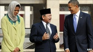 Michelle Obama (L), Grand Imam Ali Mustafa Yaqub (C) and Barack Obama (R) at the Istiqlal Mosque in Jakarta - 10 November 2010