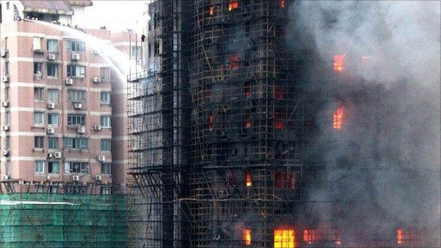 Apartment building on fire Shanghai (AP)