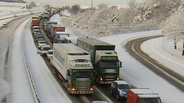 Heavy snow causing traffic disruption on the M8 between Edinburgh and Glasgow