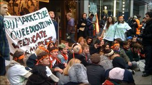 Students hold sit-down protest on Oxford Street