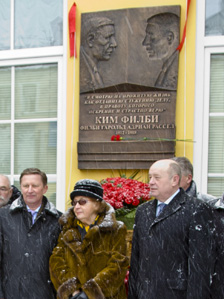 Deputy Prime Minister Sergei Ivanov (L), intelligence agency head Mikhail Fradkov (R) and Philby's widow, Rufina Pukhova