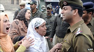 Indian police and women argue in Srinagar, Indian-administered Kashmir