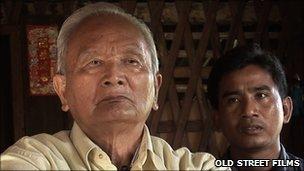 Nuon Chea (l) and Cambodian journalist Thet Sambath (r)