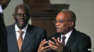 South African President Jacob Zuma (R) and Angolan President Jose Eduardo dos Santos