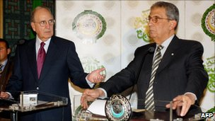 Amr Moussa (R) and George Mitchell in Cairo, 15 December