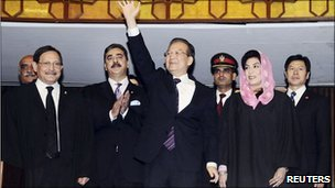 Chinese PM Wen Jiabao (c) with Pakistani PM Yousuf Raza Gilani (2nd left) and other politicians after addressing parliament