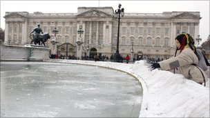 Frozen fountain in front of Buckingham Palace