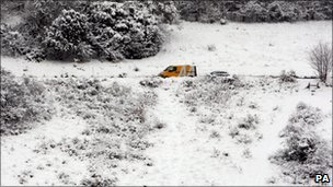 An AA recovery van helps a vehicle near Box Hill
