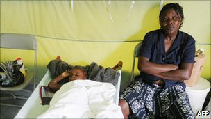 A woman with her child at a cholera treatment centre (14 Dec 2010)
